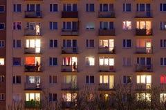 Fönster av ett flerfamiljshus Arkivfoton