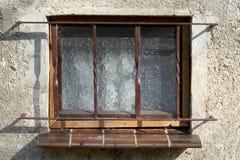 Fönster av ett gammalt hus arkivfoton