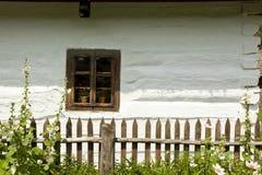 Fönster av ett gammalt trähus Arkivfoton