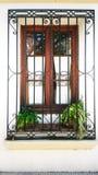 Fönster av ett hus, den enda förhållandeintimiteten och yttersida arkivbilder