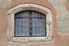 Fönster av ett mycket gammalt hus i Budapest Arkivbild