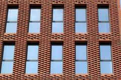 Fönster av kontoret och hyreshus Arkivbild