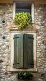 Fönster bak träslutarna i Tuscany, Italien royaltyfri fotografi
