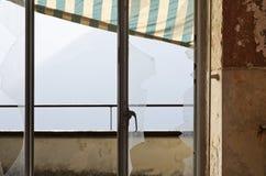 Fönster brutet exponeringsglas Royaltyfria Bilder