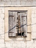 Fönster Byggande vägg rostigt gammalt royaltyfri bild