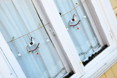 Fönster för Ð-¡ hristmas med garnering Arkivbilder