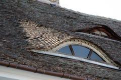 Fönster för belagt med tegel tak och loft arkivfoto