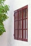Fönster för gammal stil av det lantliga huset Arkivbild