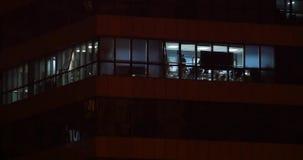 fönster för kontorsbyggnad som 4k tänder på natten & det stads- arkitekturglashuset lager videofilmer