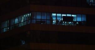 fönster för kontorsbyggnad som 4k tänder på natten & det stads- arkitekturglashuset stock video