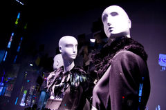 fönster för lager för försäljning för modekvinnligskyltdockor Arkivfoton