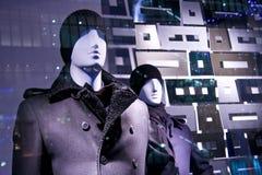 fönster för lager för försäljning för modeskyltdockor model Royaltyfri Bild