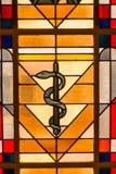 Fönster för målat glass för medicinormsymbol arkivbilder