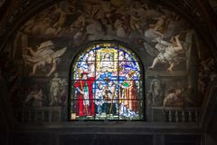 Fönster för Parma domkyrkamålat glass royaltyfri fotografi