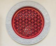 Fönster för traditionell kines från stenväggen Arkivfoto