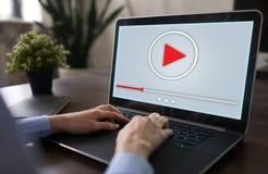 Fönster för videospelare på apparatskärmen Internetmarknadsförings- och advertizingbegrepp royaltyfri fotografi