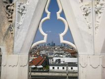 Fönster från Dom över Milano i Italien royaltyfri bild