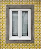 Fönster hem med den gula tegelplattafasaden i fiskarnas grannskap i Aveiro, Portugal arkivbild