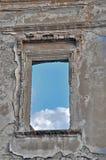 Fönster, i att smula väggen Royaltyfria Foton