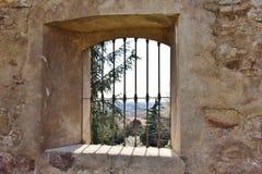 Fönster i borggården av före dettakloster av Sant ` Agostino, Italien Royaltyfri Foto