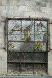 Fönster i cinderblockvägg Royaltyfria Foton