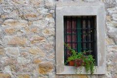 Fönster i den gamla stenväggen royaltyfri fotografi
