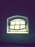 Fönster i den mörker övergav byggnaden Arkivbild