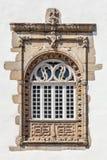 Fönster i det portugisiska gotiskt för Manuelino stil från det Coimbras huset Braga stad, Portugal fotografering för bildbyråer