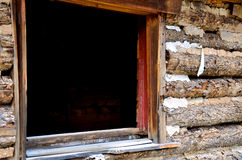 Fönster i en Abandonded kabin Royaltyfria Bilder
