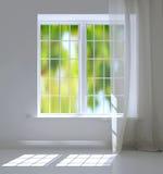 Fönster i en ljus vit lokal Royaltyfri Fotografi
