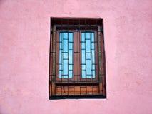 Fönster i en rosa vägg Royaltyfri Fotografi