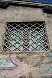 Fönster i en sjaskig vägg, Rome, Italien royaltyfri fotografi