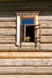 Fönster i en trävägg Arkivfoto