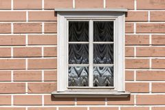 Fönster i en vit träram arkivbilder
