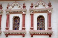 Fönster i en wal gammal sten Arkivbild
