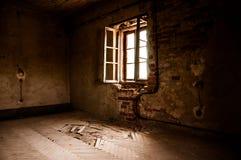 Fönster i ett övergett rum Arkivbild