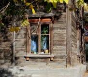 Fönster i ett gammalt trähus i en övergiven by royaltyfri fotografi