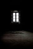 Fönster i ett mörkt rum Royaltyfria Foton
