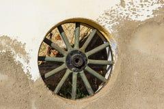 Fönster i form av ett hjul från en vagn royaltyfri foto