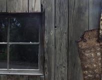 Fönster i gammal kreatursfösares skjul Arkivfoto