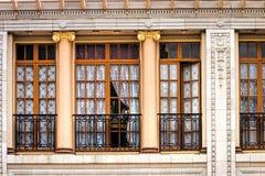 Fönster i historisk byggnad royaltyfria bilder