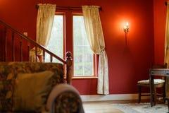 Fönster i kolonialt rum royaltyfri foto