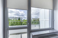 Fönster i litet ekonomiskt rum royaltyfria bilder