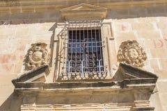 Fönster i San Felipe Neri Old rådseminarium, Baeza, Jaen, Spai Royaltyfria Bilder
