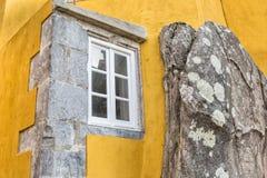 Fönster in i stenberget Slotten Pena Sintra Portugal Fotografering för Bildbyråer