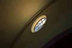 Fönster inom en kyrka Royaltyfria Bilder