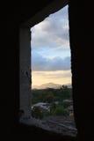 Fönster inramad sikt av solnedgången i lantliga Honduras Fotografering för Bildbyråer