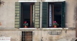 Fönster med blommor venice Arkivfoton