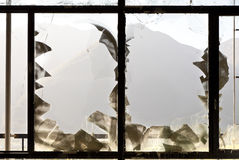 Fönster med broken exponeringsglas Arkivbild