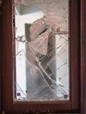 Fönster med Broken exponeringsglas Arkivbilder